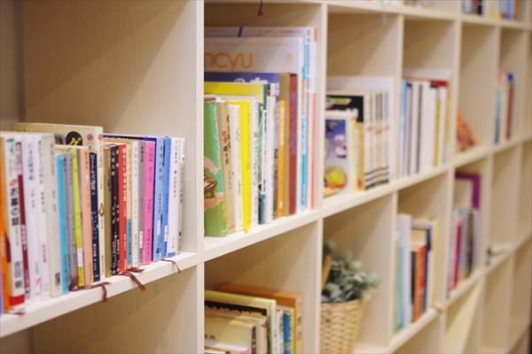 多くの本が置かれています。