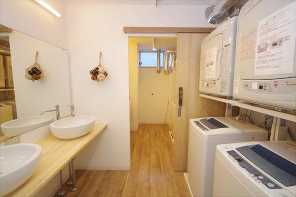 洗濯機と乾燥機がそれぞれ用意されています。