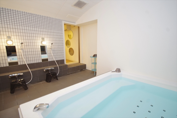 大型バスタブのついたバスルーム。お風呂タイムが楽しくなりそう。