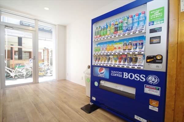 玄関には自動販売機があります。