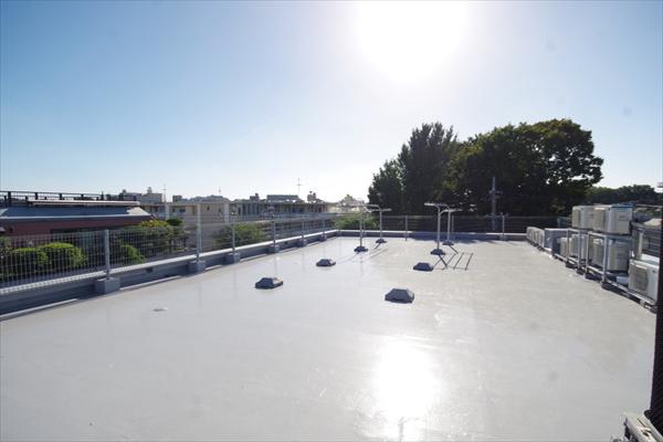 屋上には大型バルコニーがあります。