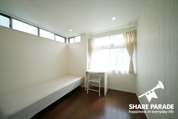 個室は家具完備。
