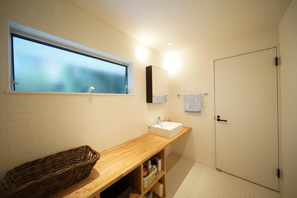 洗面所までスタイリッシュでおしゃれな雰囲気が漂います。