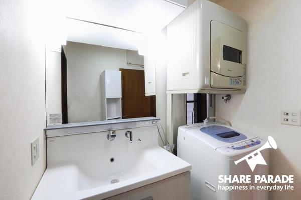 洗面所。洗濯機が置いてあって便利!