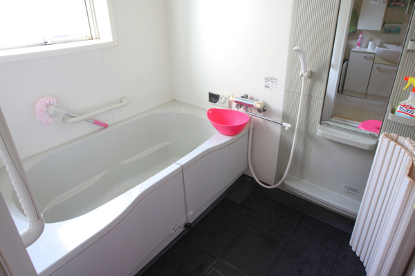 足がのばせる広々お風呂。