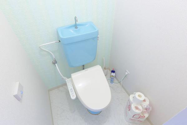 ブルーがかわいいお手洗い。