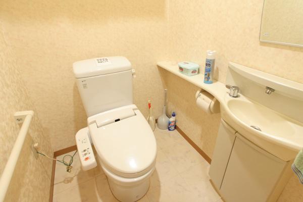 手すり、洗面台付きのお手洗い。