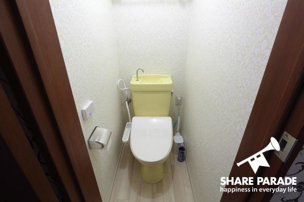 黄色が差し色になっているお手洗い。