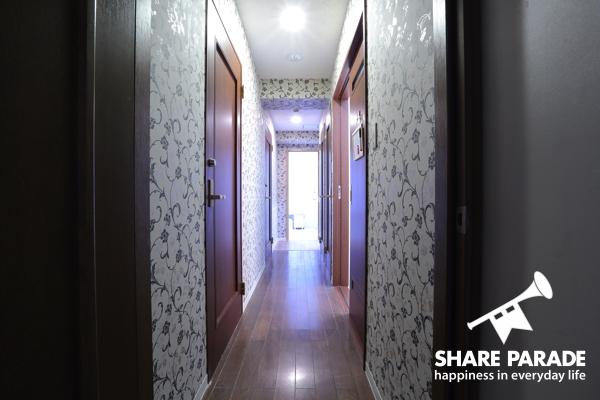 廊下も壁紙がおしゃれ。