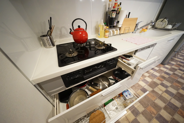 調理器具、食器が一式揃っています。