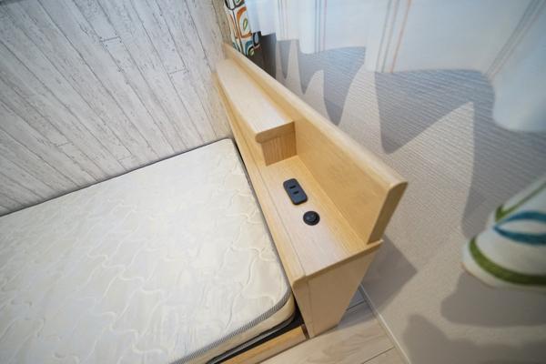 ベッド上にコンセント差し込み穴があります。