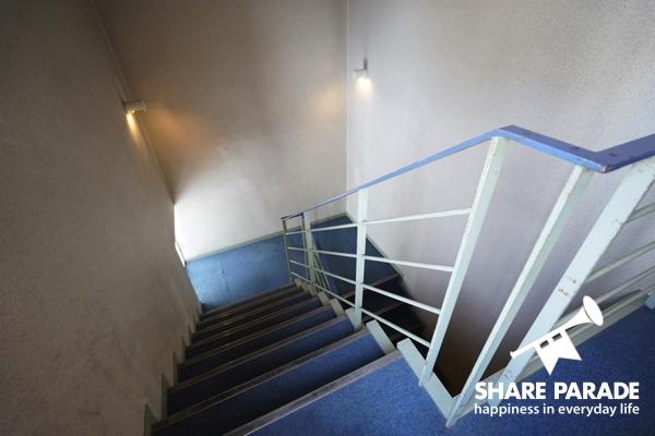 ブルーが爽やかな階段。