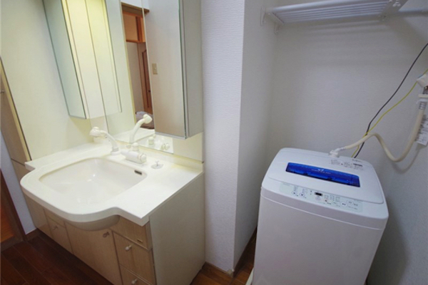 シャワーヘッドのついた洗面台。