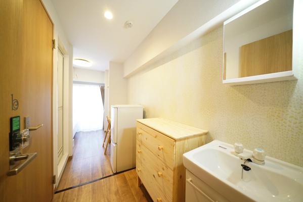 冷蔵庫、洗面台、シャワー、お手洗いが付いており、一人暮らしさながら。