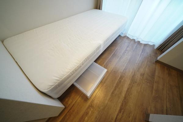 ベッド下に収納スペースがあります。