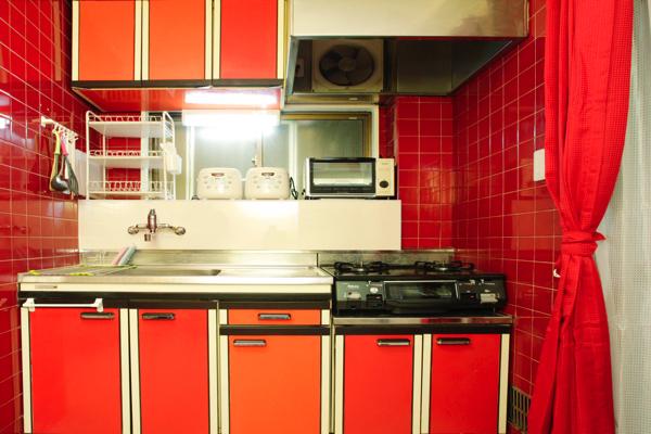 赤が特徴的なキッチン。