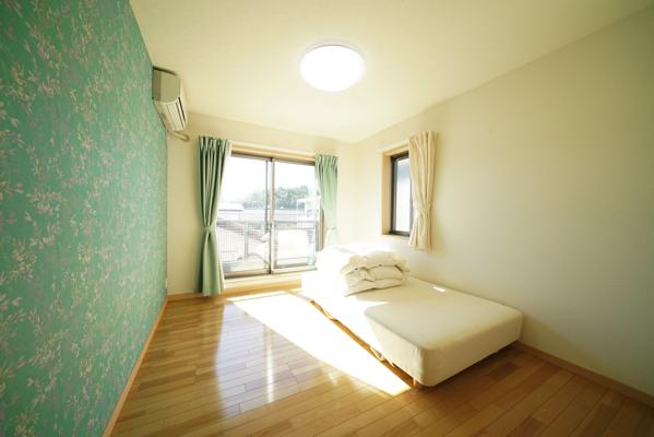 グリーンの壁紙が爽やかなお部屋。