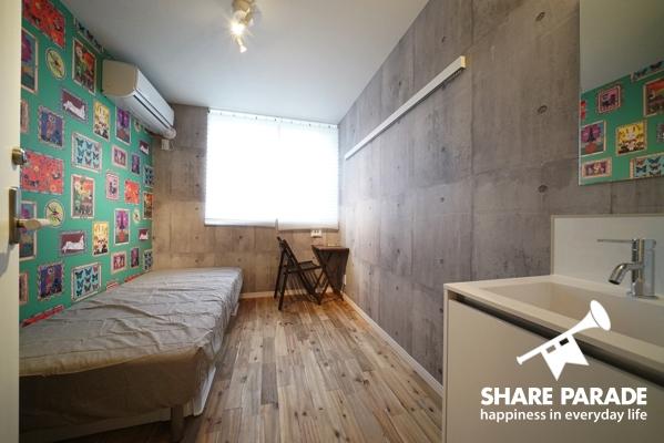 個室。壁紙がかわいらしいです。