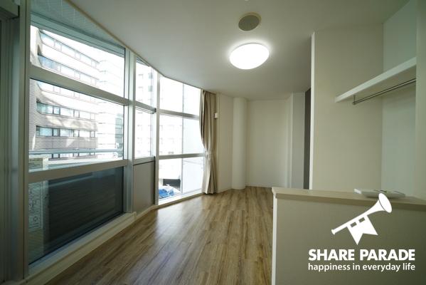 窓が大きく、開放感のあるお部屋。