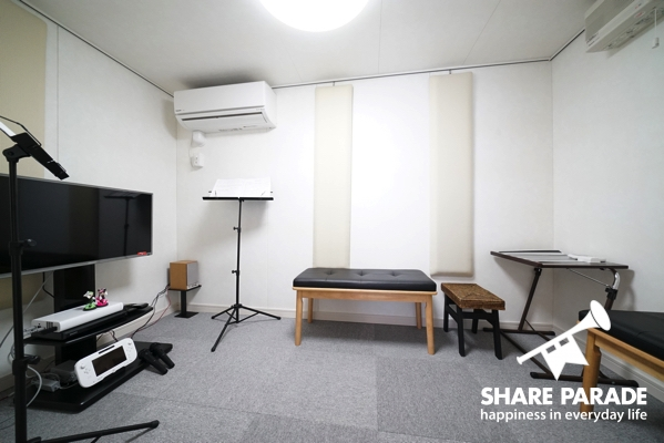 ゲーム機とテレビが設置してある防音室もあります。