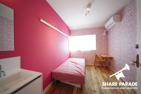 ピンクの壁紙がかわいらしいお部屋です。