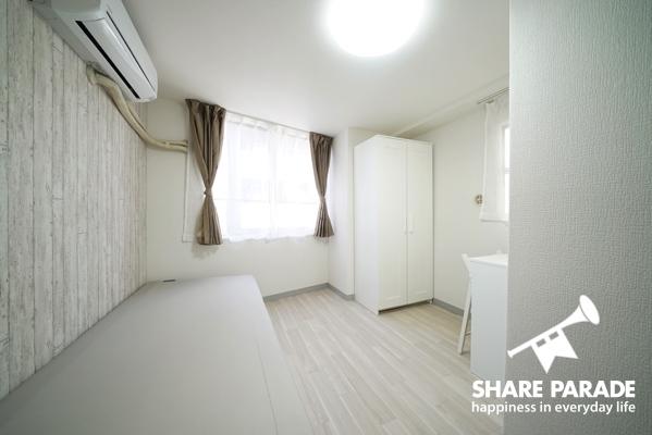 窓から光が差し込む明るいお部屋です。