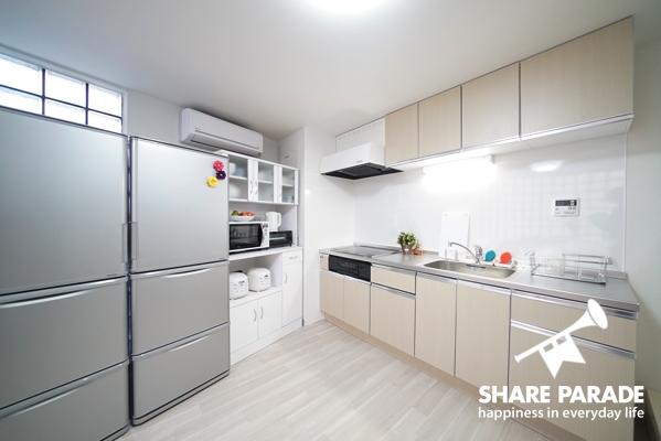 キッチンはリビングと一体になっており、広々としています。