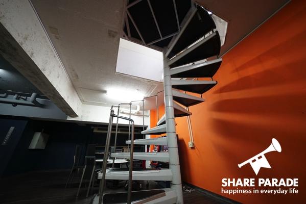 2階につづく螺旋階段。