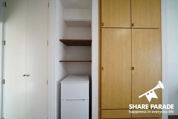 個室には大型クローゼットと2ドア冷蔵庫が完備。