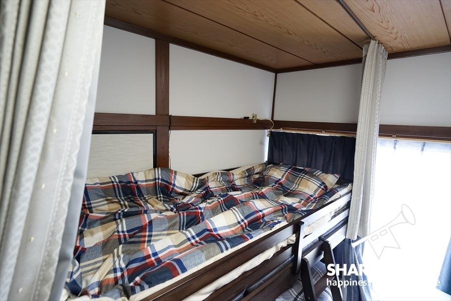 ベッドにはカーテンがあります。