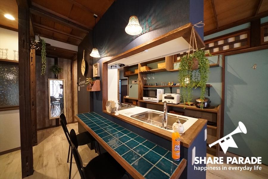 鮮やかなブルーのカウンターキッチンです。