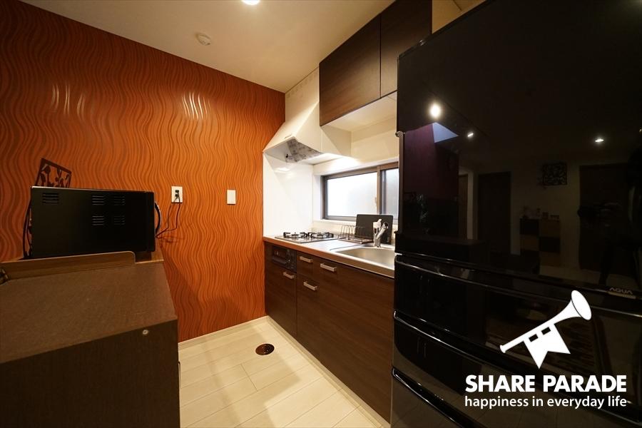 大型冷蔵庫のあるキッチン。