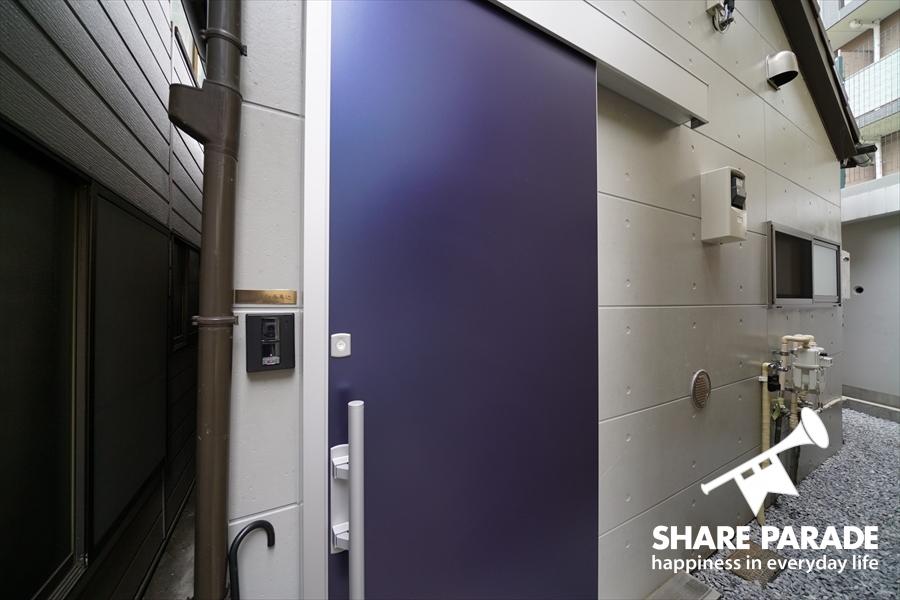 シャープなブルーの玄関です。