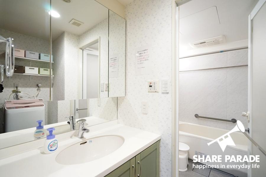 大きな鏡のある洗面台です。