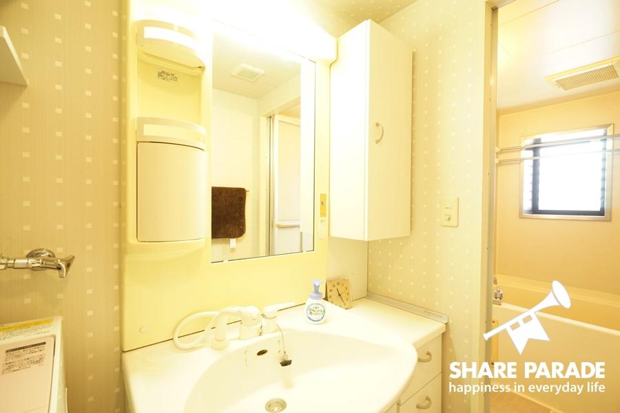大きな鏡の洗面器。