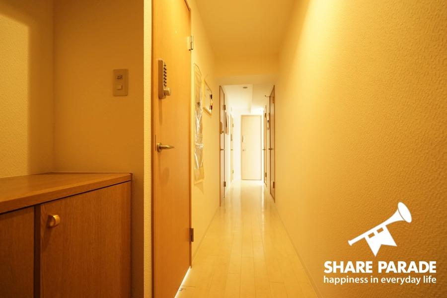 玄関からは廊下が一直線に繋がっています。