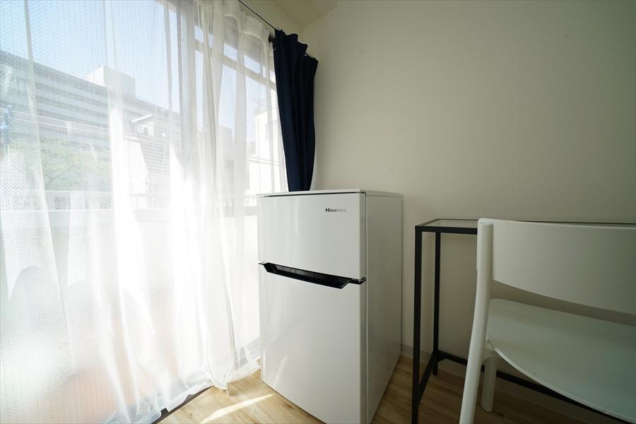 お部屋に2ドア冷蔵庫完備。