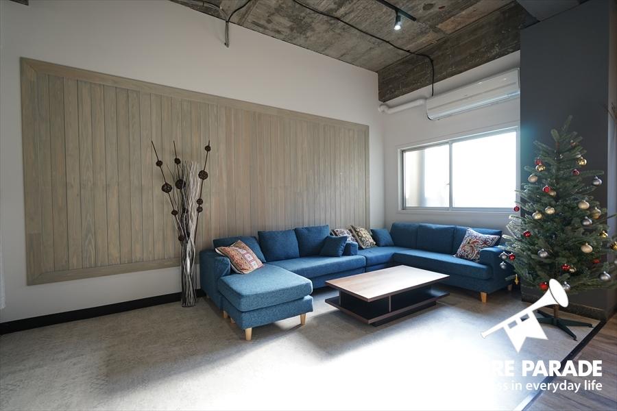 鮮やかな青色のソファで寛ぐことができます。