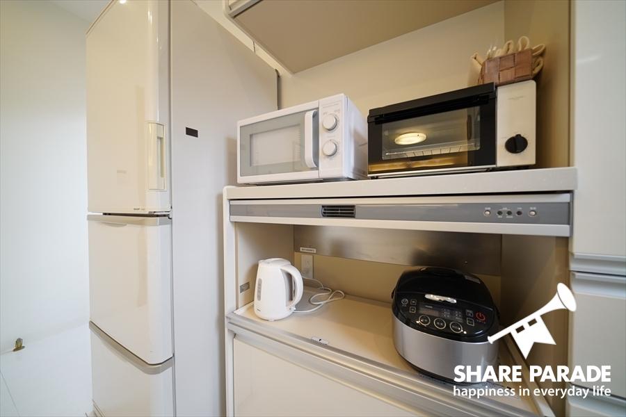 炊飯器や電子レンジなどの家電。