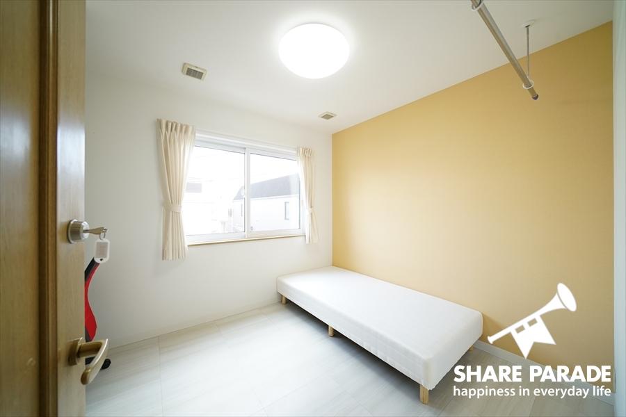302号室。ベッド、机、椅子などの基本的な家具は付いています。