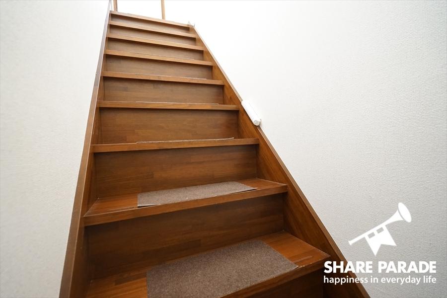 滑り止めがついている階段になります