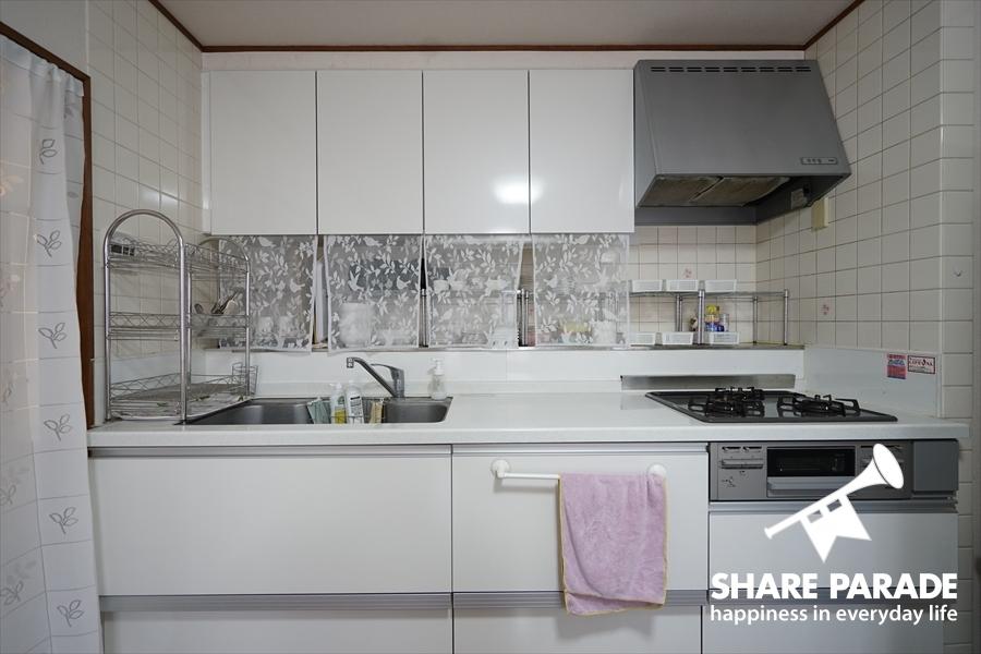 白を基調とした清潔感のあるキッチンです