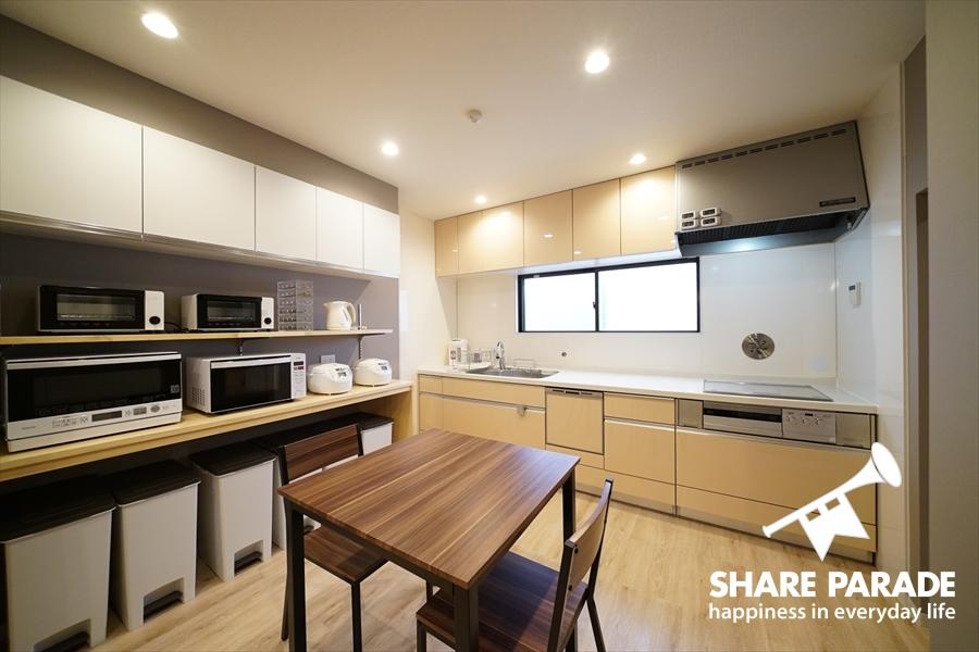 キッチンスペースにもコンパクトダイニングテーブルが置かれています。