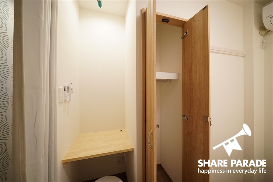 ツインルームにも専用の収納があります。