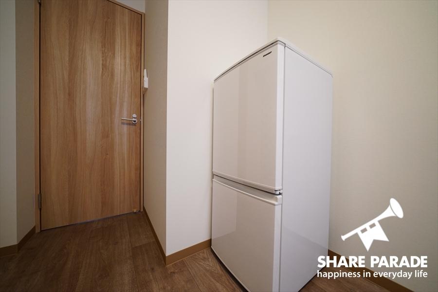 お部屋には2ドア冷蔵庫があります。