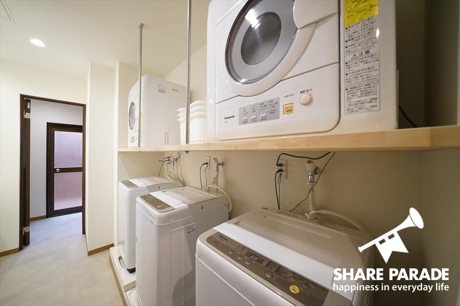 洗濯機が3台に乾燥機2台あります。
