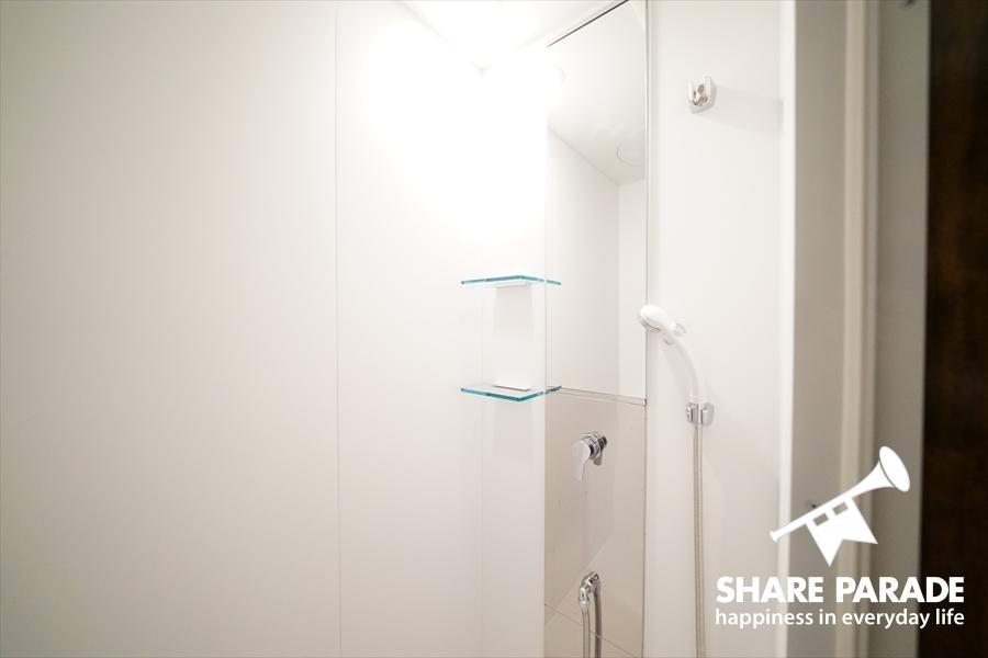 シャワーブースは2つあります。