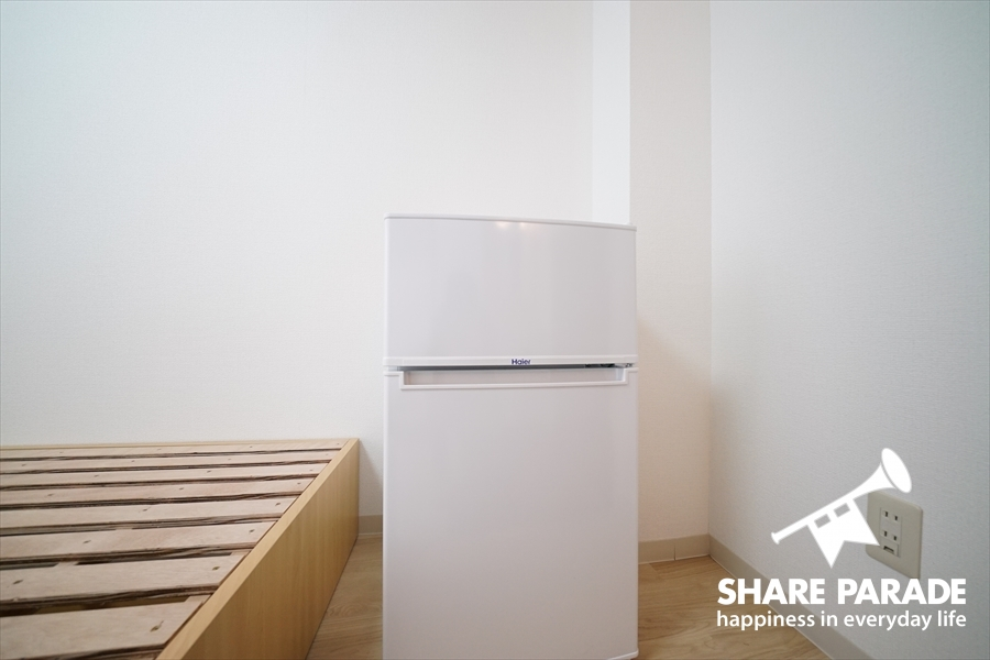 2ドア冷蔵庫も完備。
