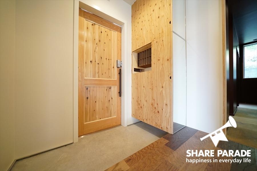 天然木の玄関ドアです。