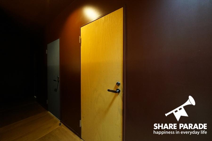 お部屋のドアがかわいく塗装されています。